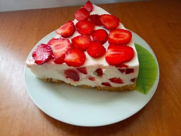 Клубничный торт с творогом и сметаной без выпечки