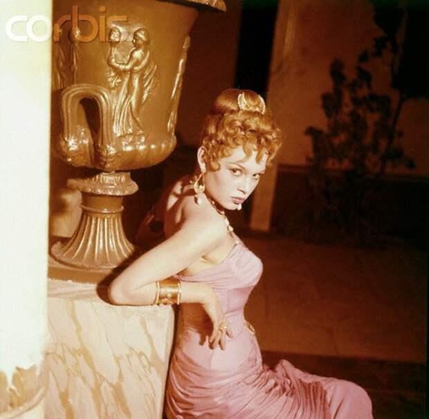 """Брижит Бардо в роли жены Нерона Поппеи Сабины, фильм """"Любовница Нерона"""" (1956)."""