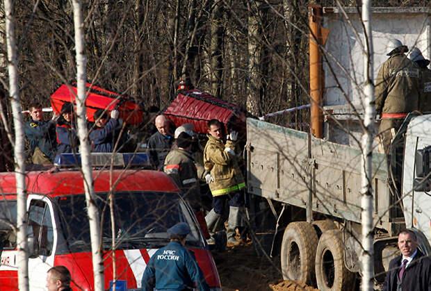Сотрудники МЧС несут гробы с останками погибших в авиакатастрофе польского Ту-154М