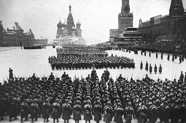 Военный парад на Красной площади 7 ноября 1941 года. Колонны бойцов проходят мимо Мавзолея Ленина. Велика Отечественная война, История Родины, СССР