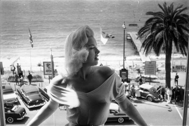 Мэрилин Монро? Нет, это британская актриса Диана Дорс, которая, к слову, также была секс-символом Голливуда. 1956 год.