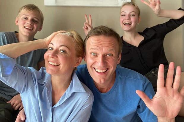 Навальный вернётся в Россию на «пломбированном поезде»