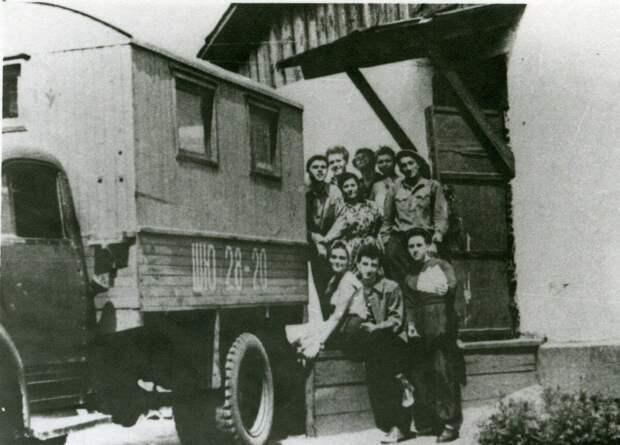 Лето 1958 - Павлодарская обл. Полевой стан. Крайний справа В.Высоцкий.