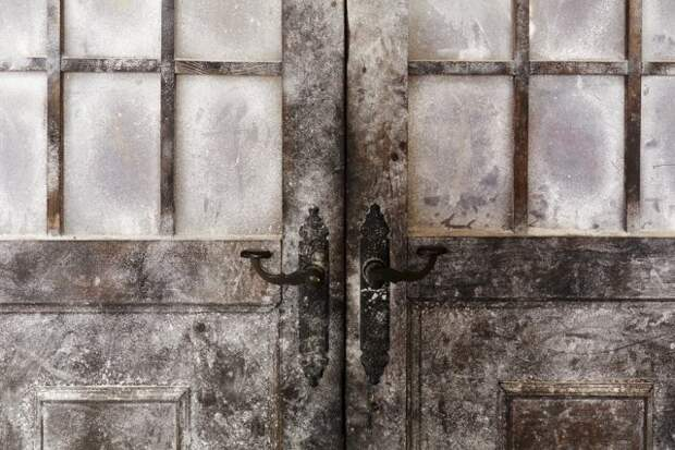 дверь замерзла зимой