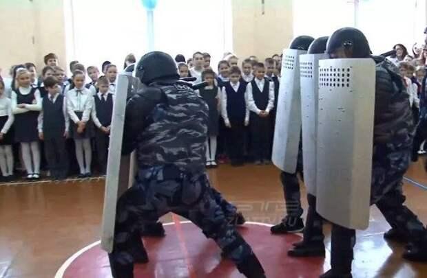 Сотрудников МВД наказали за имитацию разгона «акции протеста» в школе