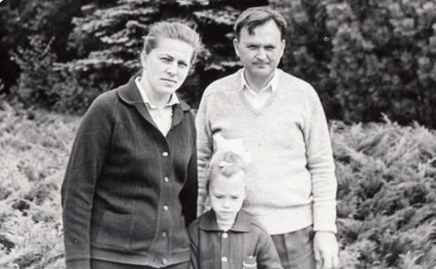 Она сдала вступительные экзамены в МГУ в 13 лет, а в 18 закончила его: как теперь живет Ира Полякова