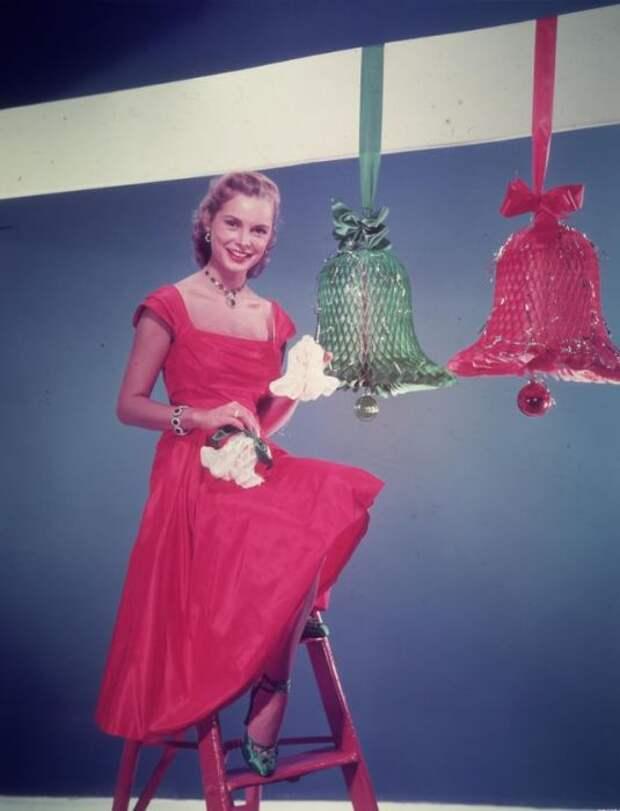 Игривая Джанет Ли в красном платье.