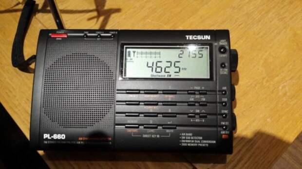 черный радиоприемник на столе