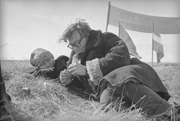 Двое на траве. Всеволод Тарасевич, 1960-е, Архангельская обл., Ненецкий АО, из архива МАММ/МДФ.