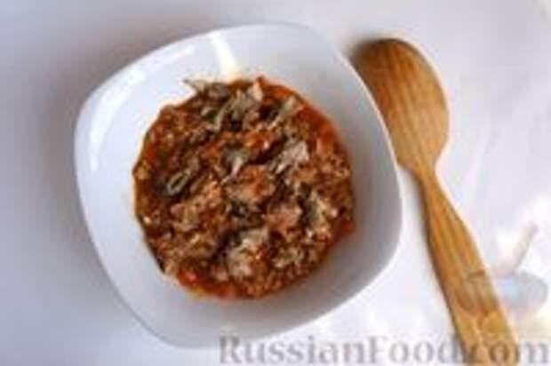Фото приготовления рецепта: Слоёный пирог с килькой в томате - шаг №5