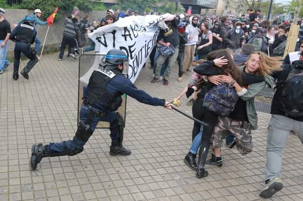 Во время протестов в Париже полиция жестко расправилась с журналисткой РИА Новости – она срочно доставлена в больницу