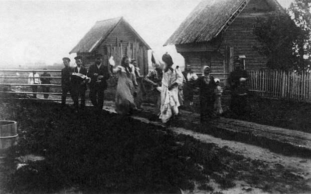 Крестьяне перед проведением славянского обряда на Светлую неделю.