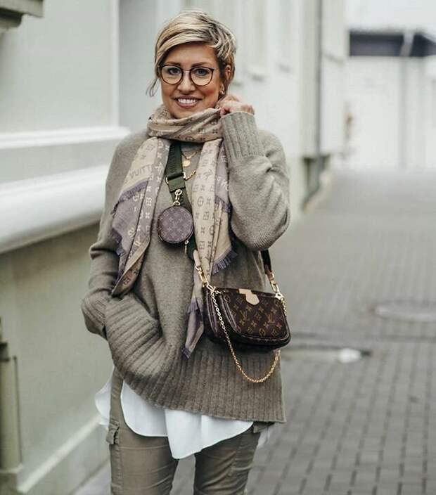 Короткая стрижка, очки и шарф - прекрасное сочетание