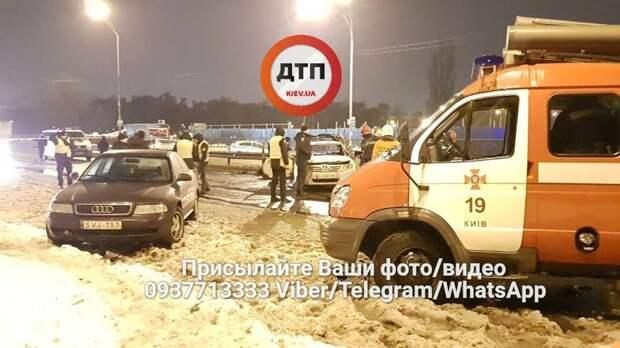 В Киеве у станции метро «Лесная» взорвали две гранаты 4
