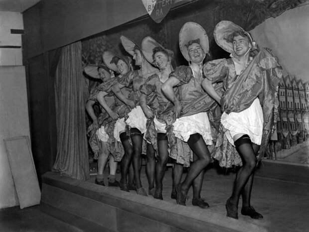 Фото британских солдат в платьях и чулках во время Второй мировой войны