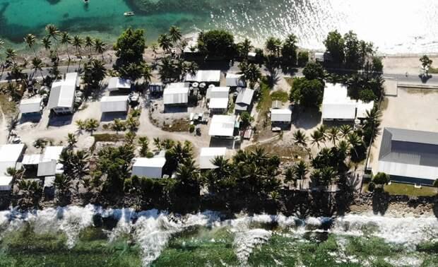 Один из посёлков Тувалу - как видим, от воды до воды тут совсем небольшое расстояние