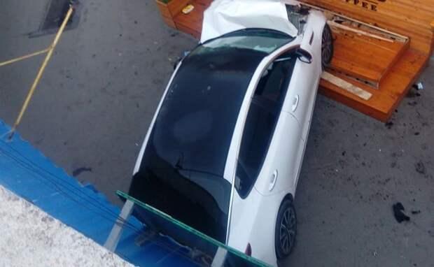 В Симферополе автомобиль отбросило в подземный переход после столкновения с лихачом
