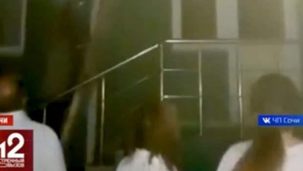 В Сочи вспыхнула туристическая гостиница! Возле входа в отель — паника (ВИДЕО)