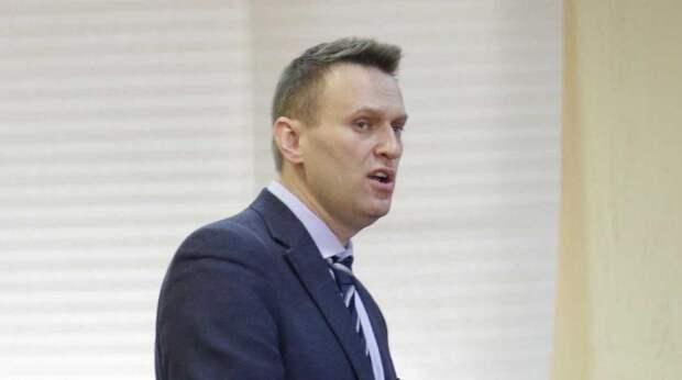 Таинственная спутница Навального сбежала от допроса