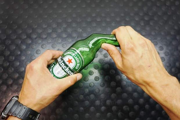Берем стеклянную бутылку и сгибаем ее