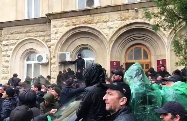 Парламент Абхазии не смог убедить президента покинуть свой пост на фоне протестов