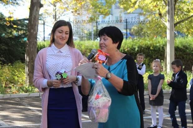 Муниципалитет Нахимовского района поздравил учителей с профессиональным праздником