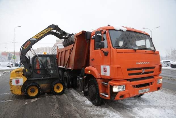Коммунальные службы СВАО устраняют последствия мощного снегопада