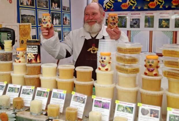 """В пластиковых контейнерах мед можно хранить не больше года. Фото: агентство """"Москва"""""""