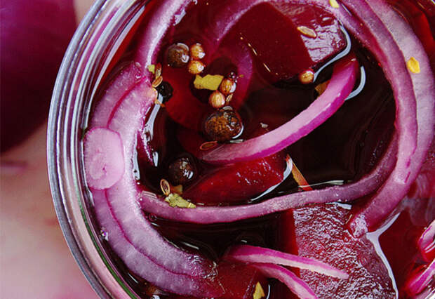 Маринуем свеклу с луком: закуска на замену салатам и надоевшим соленьям