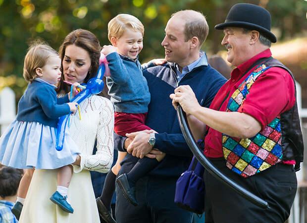 Малыш на прогулке: младший сын принца Уильяма и Кейт Миддлтон замечен в музее без родителей