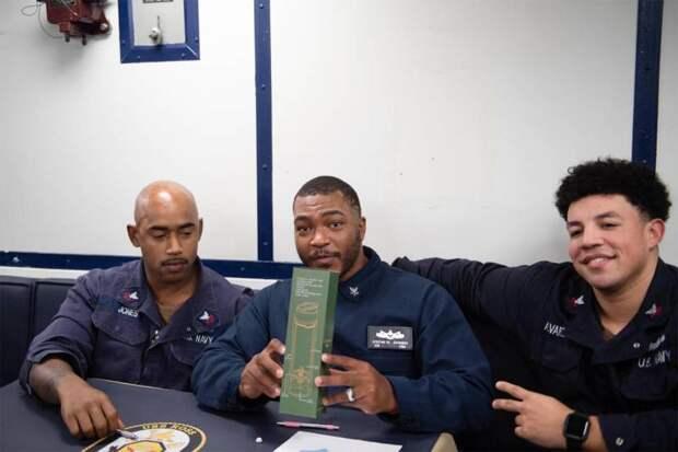 Экипаж эсминца типа «Арли Бёрк» ВМС США опубликовал неожиданные фото