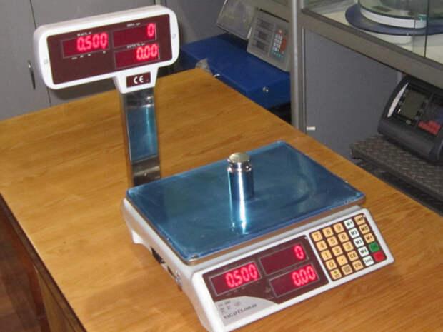 Зачем некоторые покупатели в магазинах кладут смартфон на весы