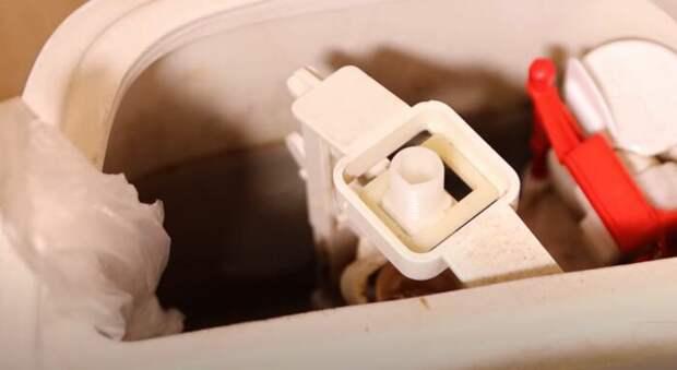 Подвешиваем самодельную мыльницу в бачок. /Фото: youtube.com.