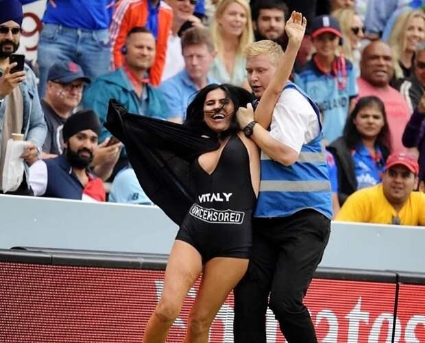 Мать русского пранкера выбежала наполе наЧМпокрикету. Его девушка уже делала это вфинале ЛЧ