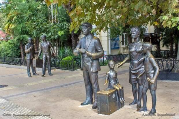 Памятник героям фильма «Бриллиантовая рука» в Сочи. / Фото: www.2gis.com
