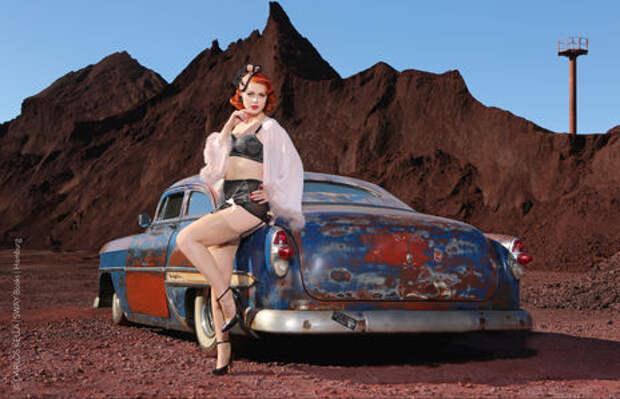 Юбилейный пин-ап календарь: девушки и легендарные машины