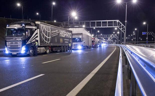 По Крымскому мосту запустили движение грузового транспорта