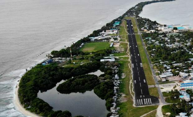 Аэропорт в Фунафути - единственный на всю страну