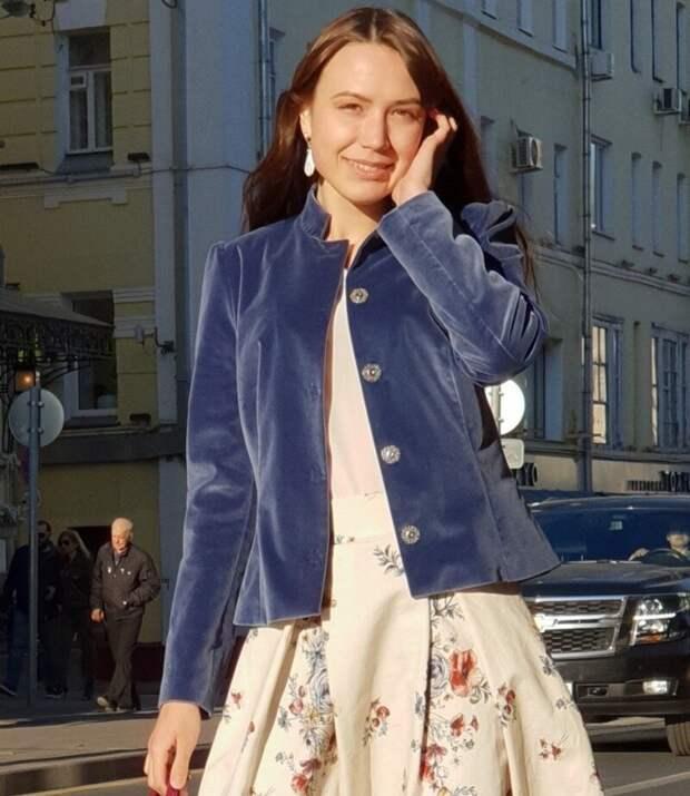Бархатные и велюровые пиджаки вернулись в моду: как их носить, чтобы не выглядеть безвкусной