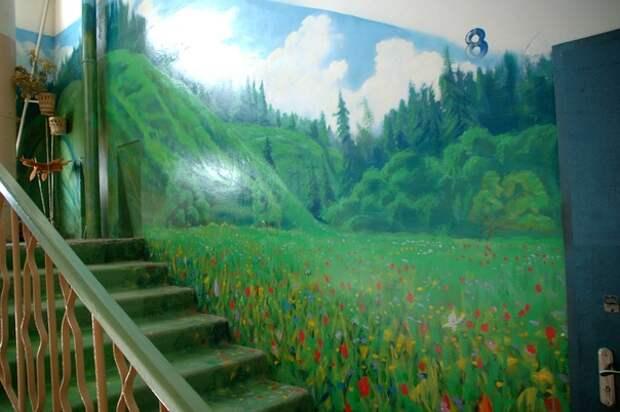 Лес на стене в подъезде