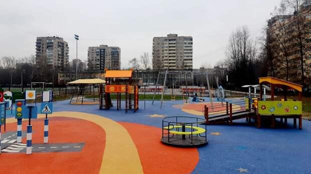 Ребенок попал в больницу после игры на площадке в Петербурге