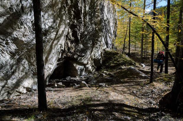 Лагерь под скалой