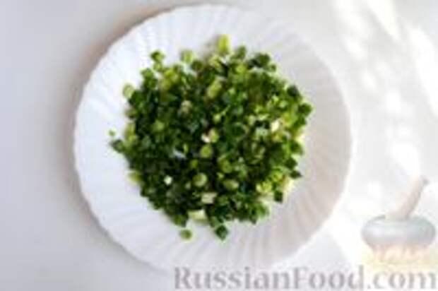 Фото приготовления рецепта: Слоёный пирог с килькой в томате - шаг №7