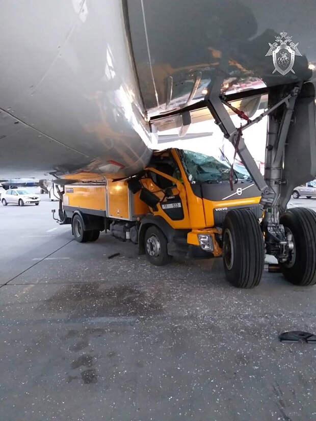 «У меня не проскочишь»: грузовик протаранил Boeing в Шереметьево