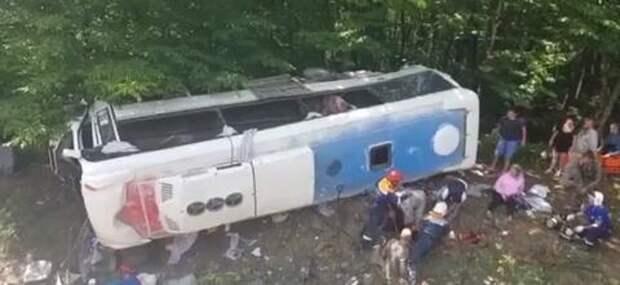 В Краснодарском крае на трассе перевернулся туристический автобус ВИДЕО