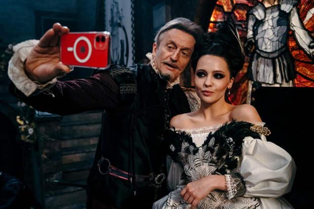 Юлия Хлынина на королевском троне и дуэлянт Юрий Чурсин: съемки фэнтези-сериала «Этерна»