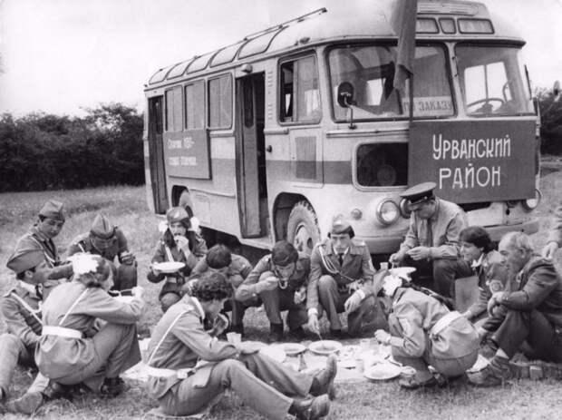 1. ПАЗ-672 привез целый отряд школьников на зарницу. Помните такую военно-спортивную игру? СССР, авто, автомобили, олдтаймер, ретро авто, ретро техника, ретро фото, советские автомобили