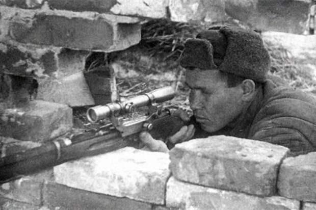На охоту за советским снайпером Зайцевым в Сталинграде отправили лучшего немецкого снайпера. Но Зайцев его выследил сам