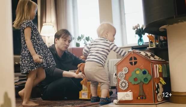 Сергей Безруков снял жену и детей в клипе на песню «Трудный день»