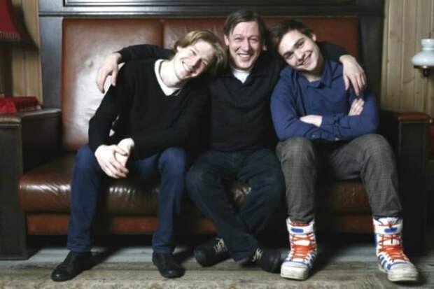 Никита Ефремов с отцом Михаилом и братом Николаем | Фото: 24smi.org
